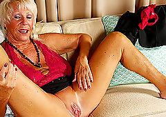 Mature buxom amateur granny Mandi spreads her pussy