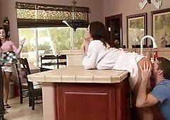 Kendra Lust dando una mamada y montando la verga del novio de su hija