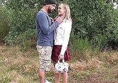 Verliebtes Eurogirl Lucette Nice macht Analsex im glänzenden Garten